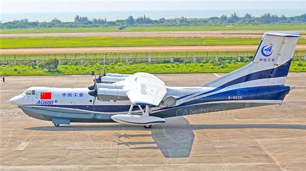 除了C919之外,国产水陆两栖飞机AG600的进展目前也非常顺利,昨天成功完成了首次滑行试验。 据中国航空新闻网报道,4月29日, AG600首飞机组按滑行任务单进行了滑行,并实现了180°转弯,此次滑行试验验证了飞机保持直线滑行能力、纠偏能力、刹车系统功能、前轮转弯系统功能。 机组反馈飞机动力强劲、转弯灵活、刹车灵敏、滑行状态良好,各系统工作正常,标志着AG600首次滑行取得圆满成功。 目前,AG600飞机首飞前的各项工作稳步开展,在完成各项滑行试验后择机首飞。            【小数据科